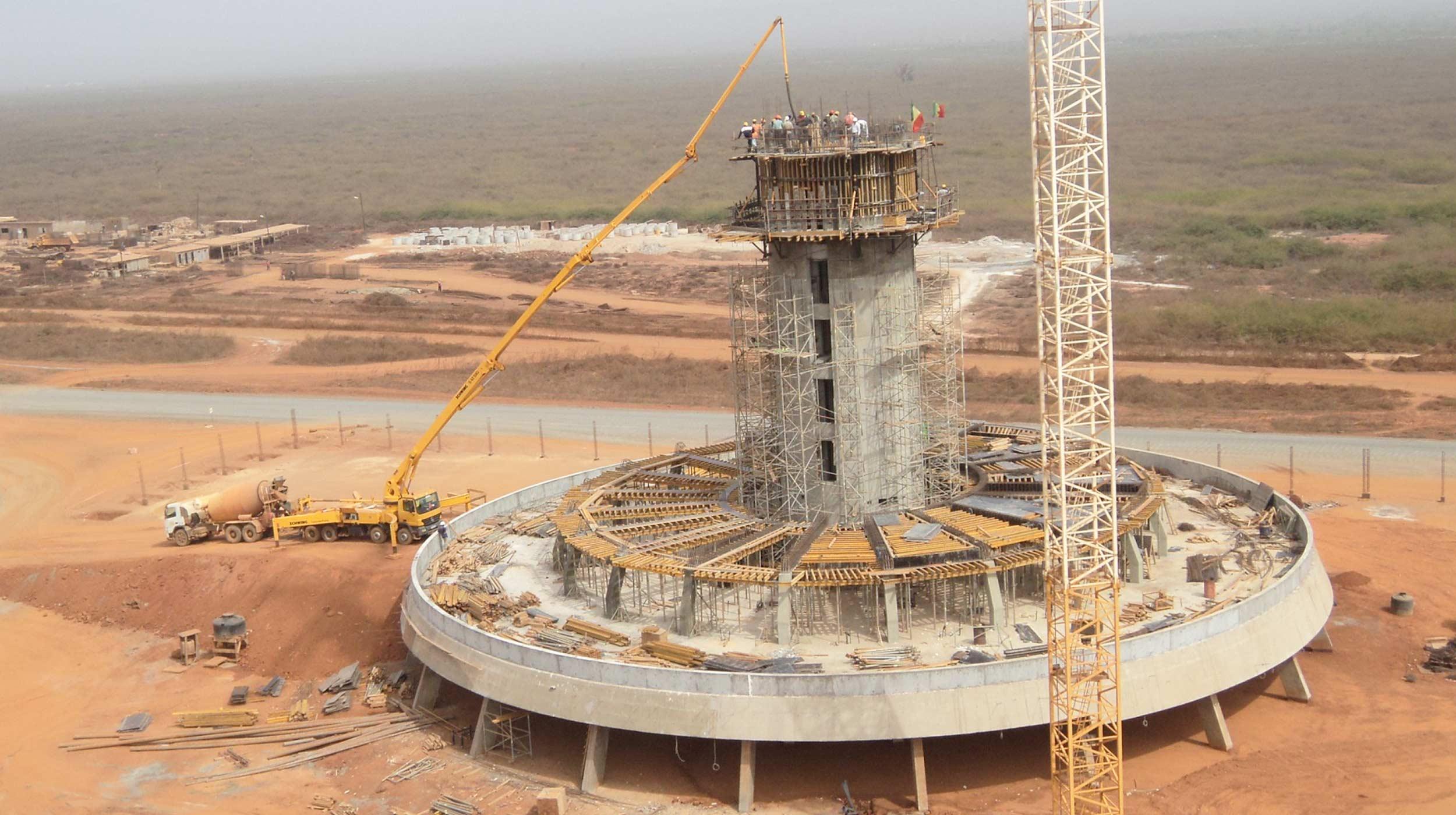 También presente en esta parte del mundo, ULMA acometió la construcción de la torre de control del Aeropuerto Internacional de Dakar, de 49.74 m de altura.