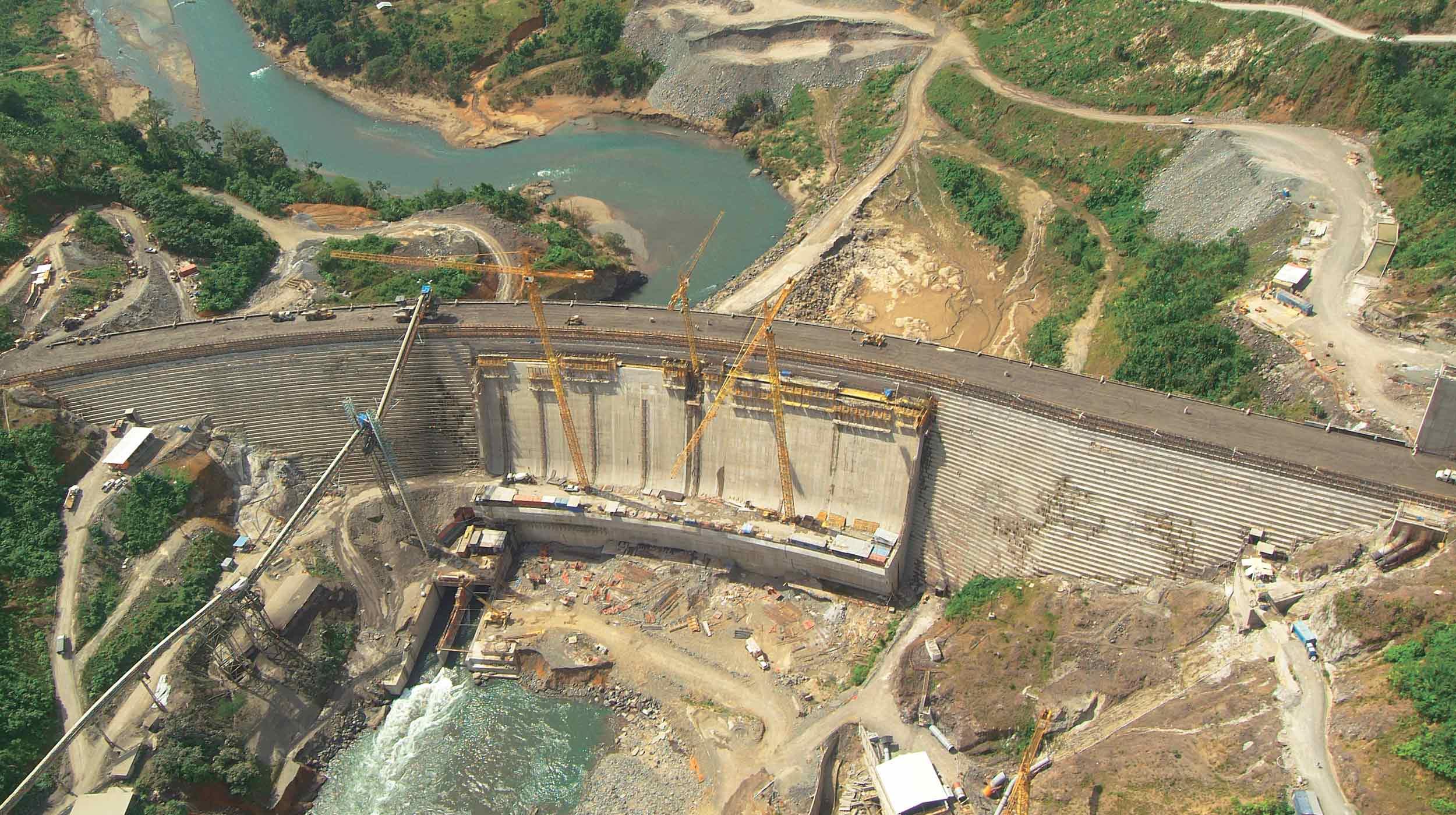 Esta gran obra, ubicada en la provincia panameña de Bocas del Toro, contempla en su fase principal la presa del futuro embalse en el río Changuinola, que tendrá una capacidad de 223 MW.