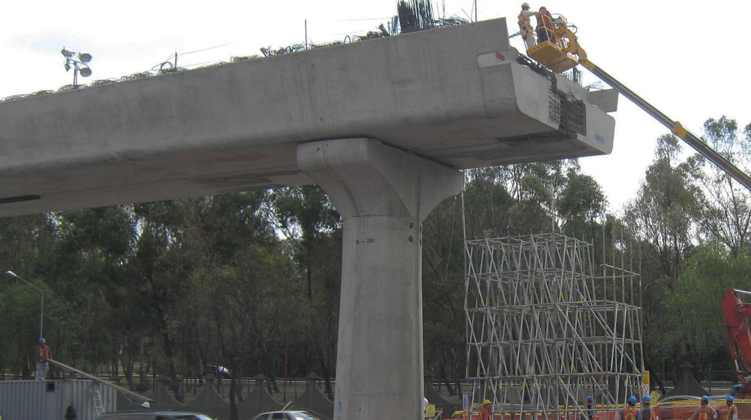 La Autopista urbana Querétaro– Cuernavaca– Toluca se compone el Anillo Periférico Norte y Sur, y por el Sistema vial de puentes, túneles y distribuidores de la Ciudad de México.