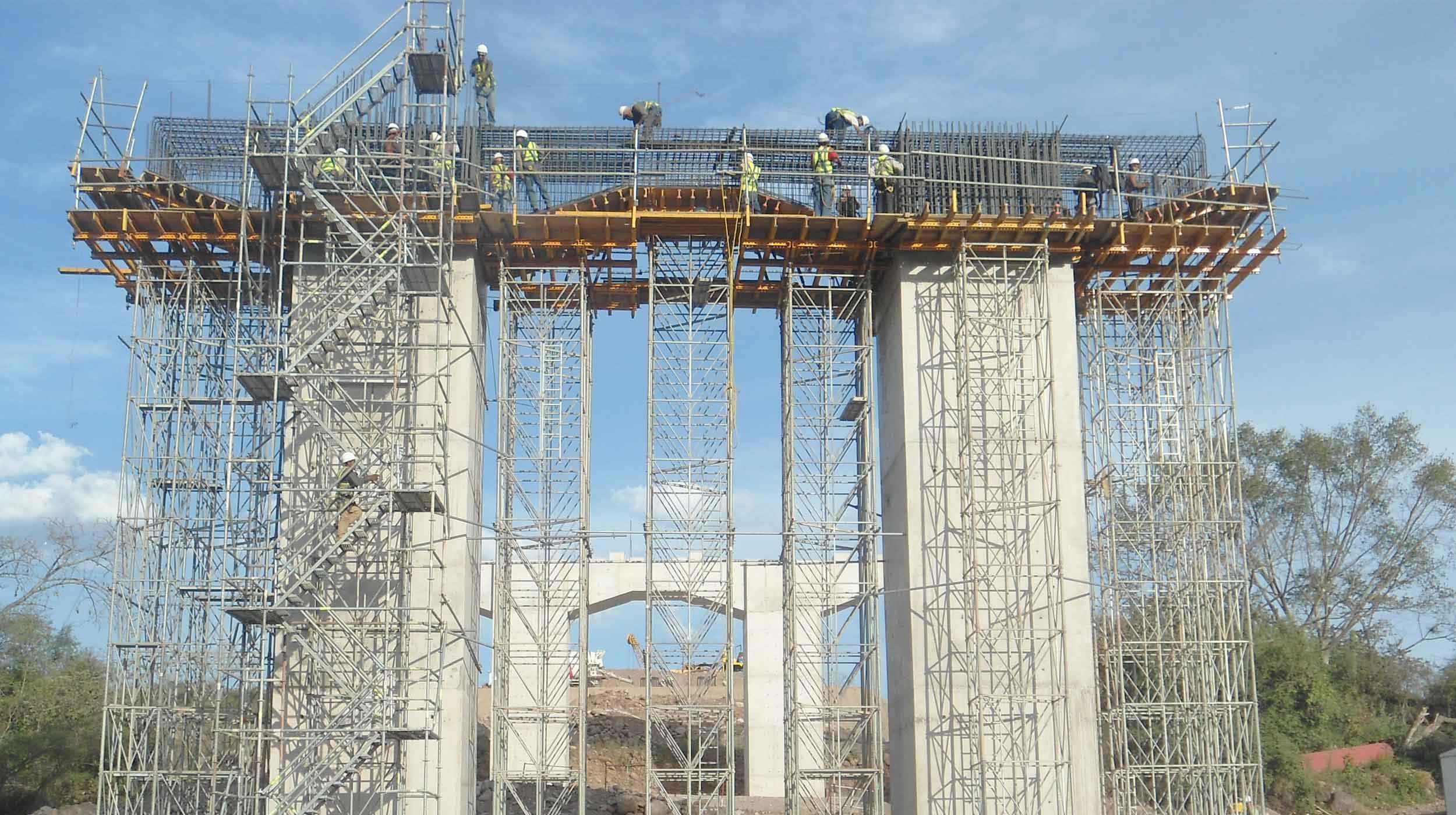 El proyecto consiste en la construcción de una autopista de cuota, de aproximadamente 160 km de longitud, diseñada para una carga móvil T3-S2-R4.